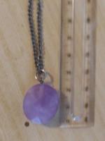 Fazettált lila ametiszt medál ezüst színű. 70cm hosszú nyakláncon