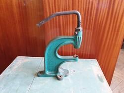 Forgókaros orsós gombbehúzó patentező rigliző prés szerszám