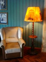 Asztalkás faragott fa állólámpa, festett pergamen burával