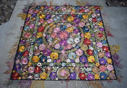 Antik selyemmel hímzett mezőkövesdi matyó mintás díszterítő , asztal terítő abrosz 160x157cm KOPOTT!