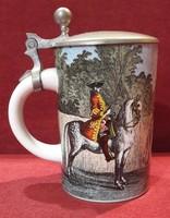 XVIII. századi katonákkal díszített porcelán ónfedeles kupa, korsó