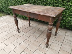 Régi felújításra szoruló asztal
