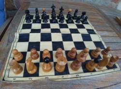 Antik fa sakk a 30 -40 es évekből ,  + ajándék kétoldalas játék tábla