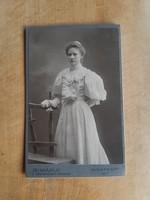 Budapesti keményhátú fotó ~1900 kiasszony, nagy méretű, műtermi, tokban (T1/2)
