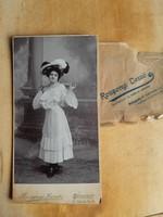 Budapesti keményhátú fotó T/2, jó állapotban ~1900 kiasszony esernyővel, nagy méretű, műtermi
