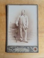 Pécsi keményhátú fotó, T1/2-es állapotban, 11 x 17 cm, úriember álló helyzetben - Nagy F. műterméből
