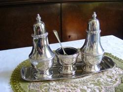 Luxus kivitelű, vastagon ezüstözött fűszerszóró trió, hozzá illő tálcával, pontsoros díszítéssel