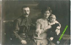 Katona családjával gyerekével