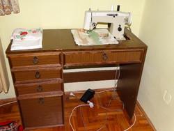 Asztalba süllyesszett működőképes Lucznik varrógép