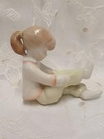 Aquincum nadrágot húzó kislány