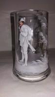 Antik színes zománcfestett vadászjelenetes üveg korsó (sérült)