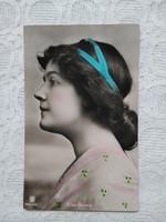 Antik kézzel színezett fotólap/képeslap hölgy kék szalaggal Else Berna színésznő 1910 körüli
