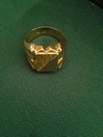 Férfi pecsétgyűrű, 18karátos arany, dúsan díszített, 9gramm.