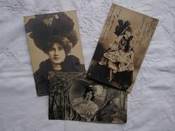 3 db antik fotó/képeslap, hölgyek elegáns kalapban, fodros ruhában, kora 1900-as darabok
