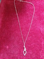 14karátos,magyar fémjeles ,1,77gramm sulyú,40cm hosszú fehér arany lánc ,csepp alaku cirkónia köves!