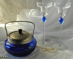Ezüstözött fedővel kék üveg bonbonier, üveg gyertyatartó párral, asztalközép szett