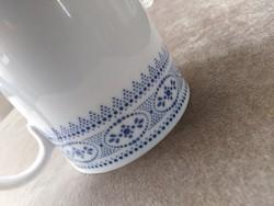 Hófehér porcelán csésze, kék csipke mintával