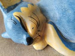 Alvó kék cica, fából