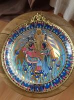 Jelzett porcelán fali tányér egyiptomi motívummal aranyozott réz keretben