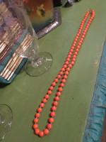 60 cm-es , rendkívül tüzes narancssárga és apró, türkiz színű üveggyöngyökből álló, retro nyaklánc .