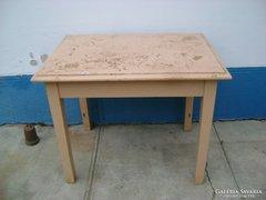 Régi fenyő konyhai asztal