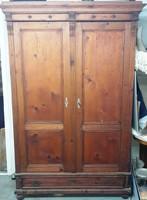 Fenyőfa szekrény nagy alsó fiókkal