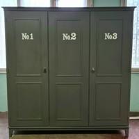 Három ajtós ruhásszekrény, festett szürke
