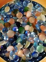 Színes üveg kavicsok dekorációs kellék