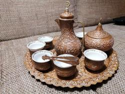 Vörösréz, kézzel készült keleti kávéskészlet: 6 csésze, kanna, cukortartó és cukorcsipesz tálcán