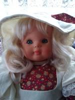 Spanyol Artesavi alvós baba kalappal, csipkével díszített ruhában.