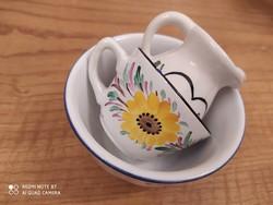 """""""3:1"""" Két csésze, +1 pici kiöntő, ami 6 cm magasságú. A kékvirágos csésze belseje repedezett."""