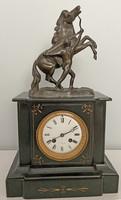 Antik hibátlanul működő francia kandalló óra tetején bronz szoborral - gyönyörű gyűjtői darab