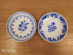 2 db, kék-fehér, kézzel festett kerámia kistányér, 1 csészével.