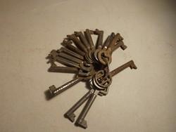 Régi szekrényajtó kulcsok