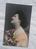 Antik, kézzel színezett, zselatin ezüst/gelatin silver fotólap/képeslap hölgy virággal 1900 körüli