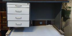 Íróasztal felépítménnyel