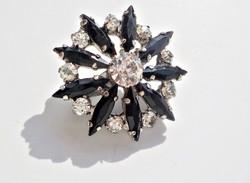 Fekete és fehér kövekkel díszített bross