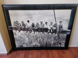 Ikonikus fotóról készült nyomat keretezve. Munkások ebédelnek a felhőkarcoló építése közben 1932-ben
