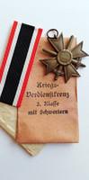 Deschler & Sohn gyártójeles Háborús Érdemkereszt II. osztálya kardokkal, tasakkal