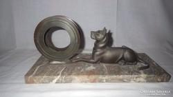 Óratok márvány talpon kutya szoborral