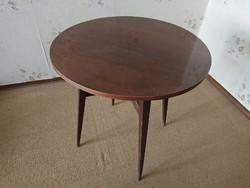 Jó állapotú bükk, mahagóni furnérozott kerek asztal, dohányzóasztal