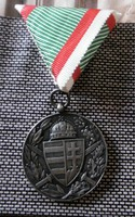 Kitüntetés mellszalaggal Kardokkal,sisakkal ezüstözött bronz