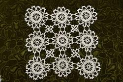 Horgolt csipke terítő kézimunka lakástextil dekoráció kis méretű terítő asztal közép 29 x 29 cm