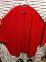 Női gombos kötött poncsó jellegű kabát, nagy méretű.
