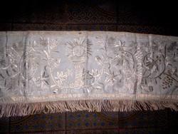 Antik  selyemmel hímzett templomi terítő