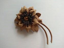 Natúr bőr kézműves virág kitűző ruhadísz