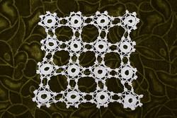 Horgolt csipke terítő kézimunka lakástextil dekoráció kis méretű terítő 16,5 x 17 cm