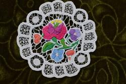 Hímzett riselt kalocsai mintás dísz terítő , asztalközép lakástextil dekoráció 10,5 cm SÉRÜLT !