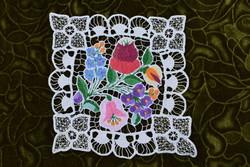 Hímzett riselt kalocsai mintás dísz terítő , asztalközép lakástextil dekoráció 19,5 x 19 cm SÉRÜLT !
