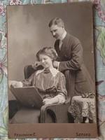 Kabinetfotó, vizitkártya: Menyasszony, vőlegény 1870 körül